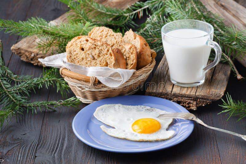 Gebraden eieren met toosts en drank, traditioneel ontbijt royalty-vrije stock afbeelding