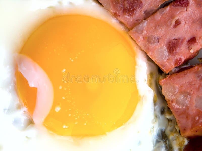 Gebraden eieren met worst stock foto's