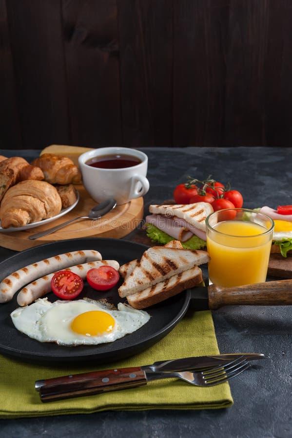 Gebraden eieren met worst en groenten stock afbeelding