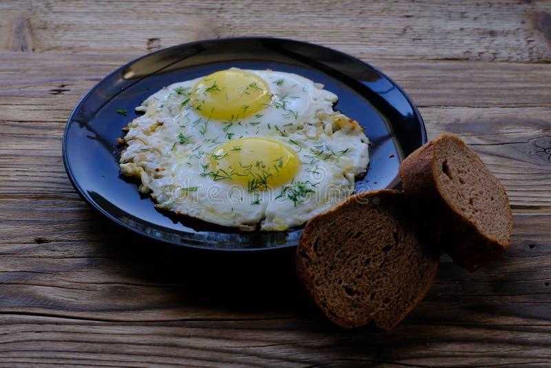 Gebraden eieren op een plaat stock foto