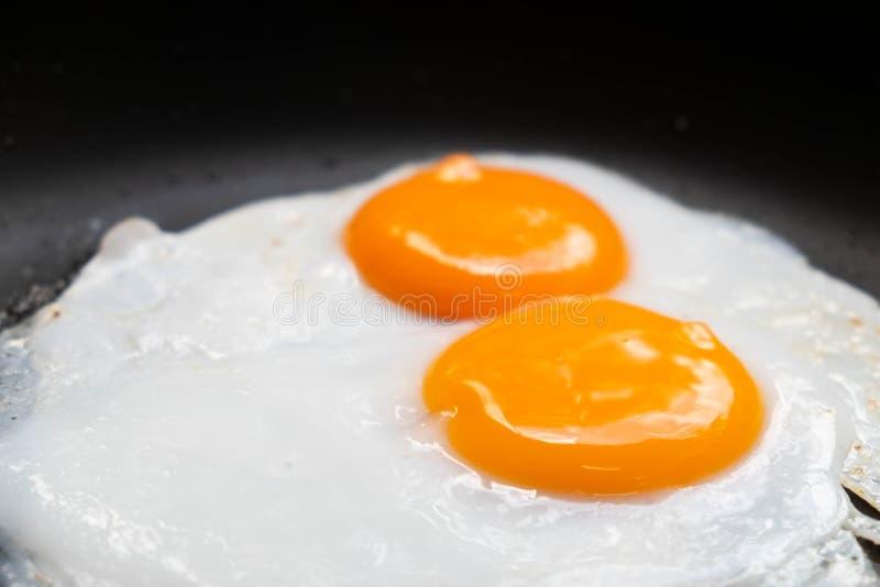Gebraden eieren in pan heerlijk gezond gemakkelijk ontbijt royalty-vrije stock fotografie