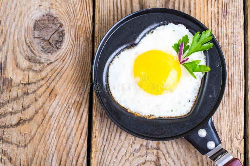 Gebraden eieren, salade en koffie voor ontbijt voor de Dag van Valentine ` s royalty-vrije stock foto's