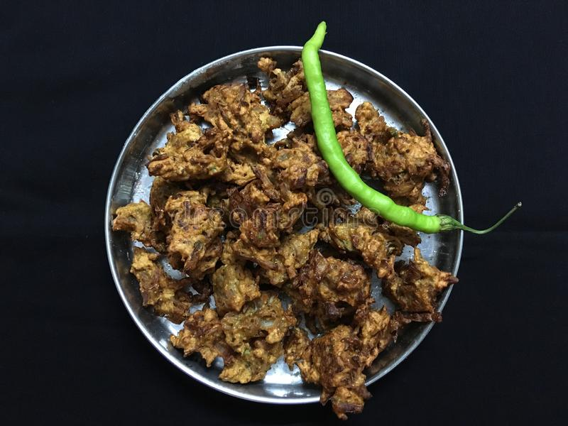 Gebraden enkel Kanda BhajiOnion Pakora en groene Spaanse pepers Kalyan Maharahtra stock foto's