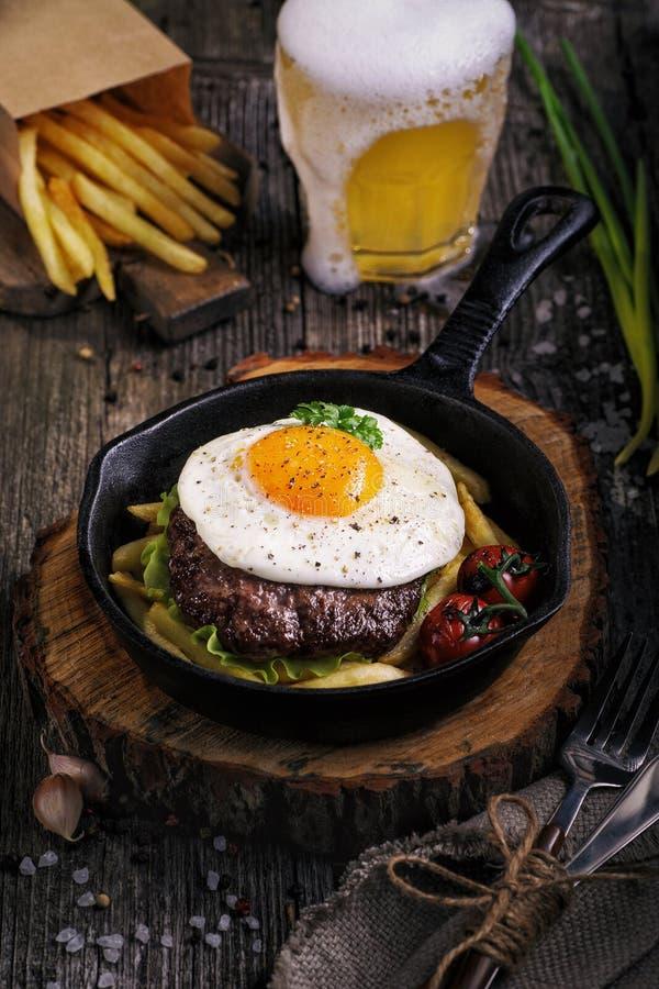 Gebraden fijngehakt rundvleeslapje vlees stock afbeeldingen