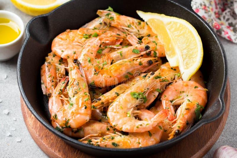 Gebraden garnalen in shell met peterselie, koriander, knoflook en olie in pan Heerlijke Mediterrane keuken, vegetarisch gezond vo stock foto's