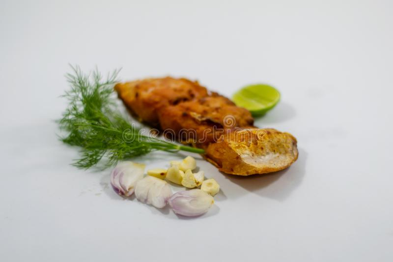 Gebraden gemarineerde visfilets met groenten, uien, knoflook royalty-vrije stock afbeelding