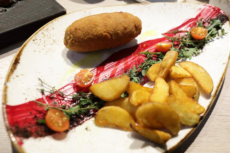 Gebraden gepaneerde kotelet met aardappels stock foto's