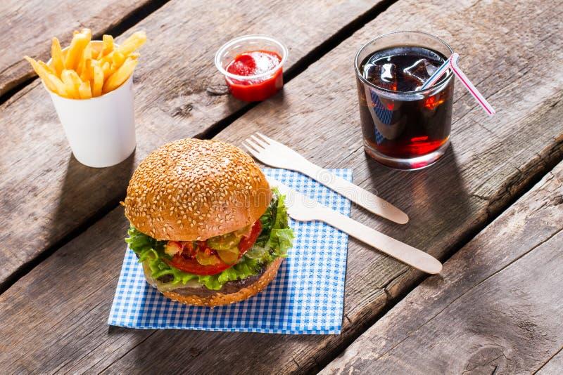 Gebraden gerechten en kola met hamburger stock fotografie