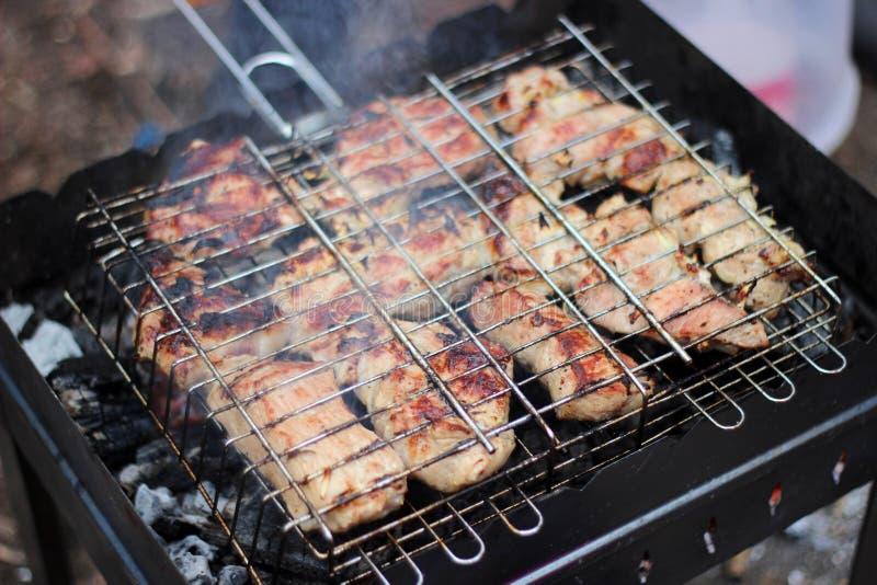 Gebraden gerechten grote sappige stukken van vlees op de grill maakt kebab van vers vlees royalty-vrije stock afbeeldingen