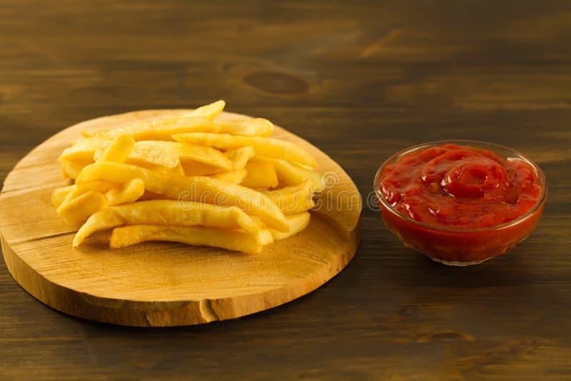 Gebraden gerechten met verse ketchup een oude scherpe Raad royalty-vrije stock afbeelding