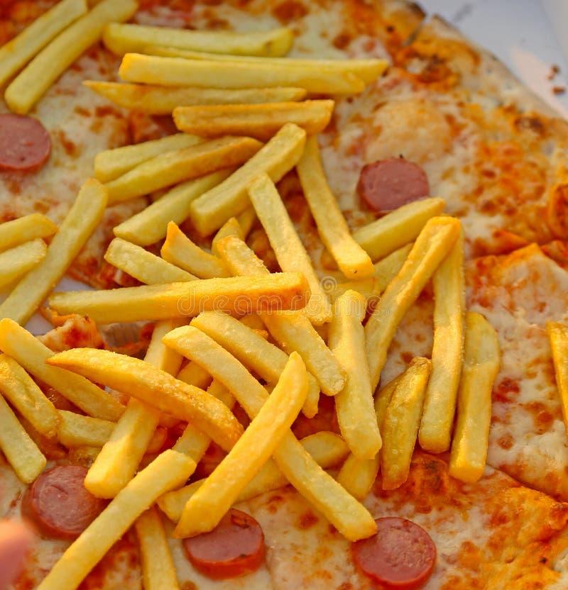 gebraden gerechten over de smakelijke pizza met wurstelmozarella en tomaat royalty-vrije stock afbeelding