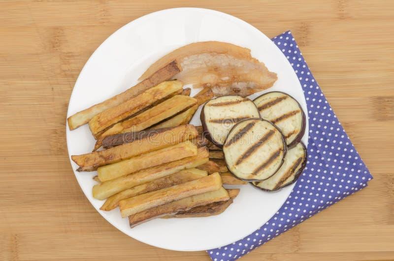 Gebraden gerechtenaardappels met geroosterde aubergine stock foto