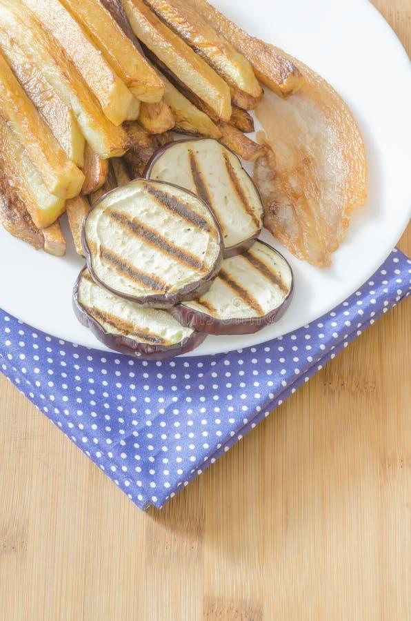 Gebraden gerechtenaardappels met geroosterde aubergine royalty-vrije stock foto's