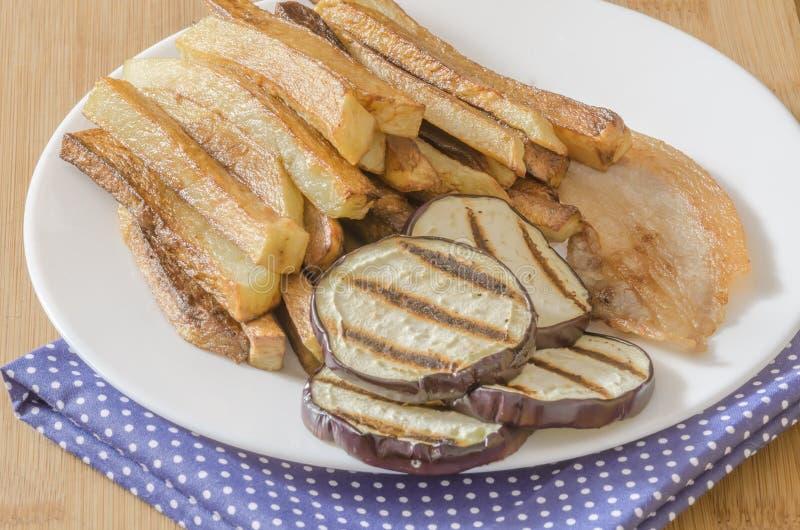 Gebraden gerechtenaardappels met geroosterde aubergine stock foto's