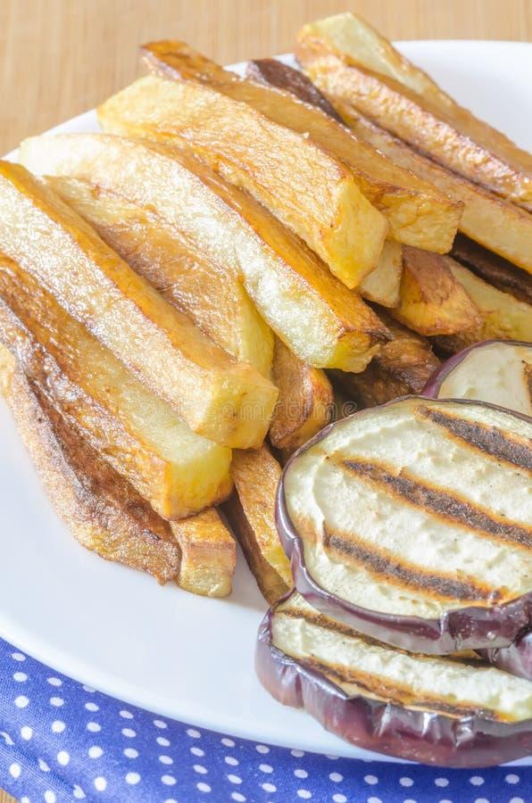 Gebraden gerechtenaardappels met geroosterde aubergine stock fotografie