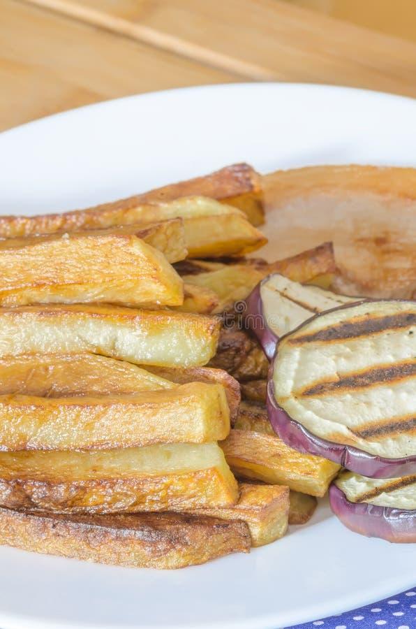 Gebraden gerechtenaardappels met geroosterde aubergine royalty-vrije stock foto