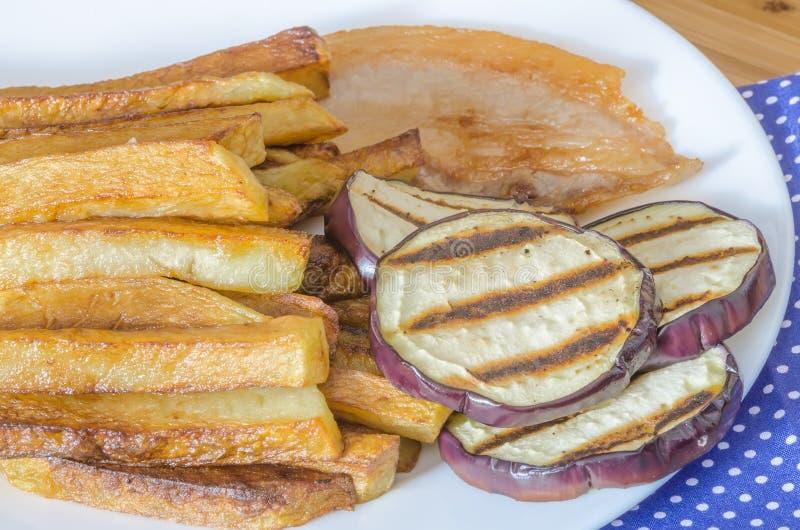 Gebraden gerechtenaardappels met geroosterde aubergine royalty-vrije stock afbeelding