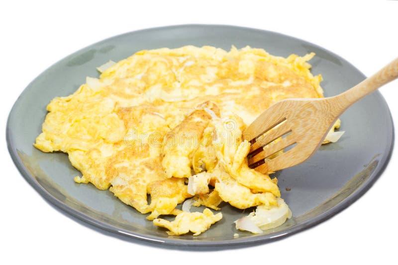 Gebraden gerechtenei (omelet) op plaat stock foto