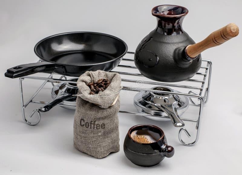 Gebraden groene koffiebonen en het koken op brand royalty-vrije stock afbeelding