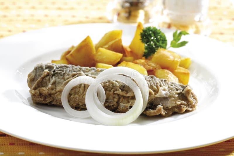 Gebraden haringen met gebraden aardappels, close-up royalty-vrije stock afbeelding