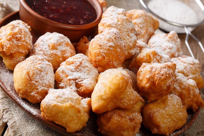 Gebraden heerlijk wordt donuts gediend met frambozenjam en powdere stock foto's