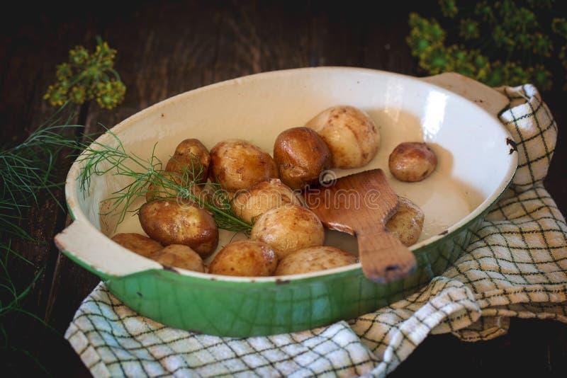 Gebraden jonge aardappels stock foto