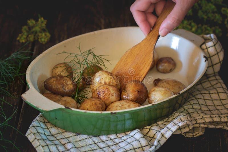 Gebraden jonge aardappels stock fotografie