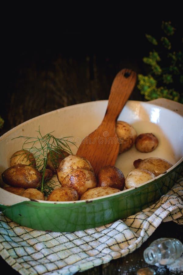 Gebraden jonge aardappels royalty-vrije stock afbeeldingen