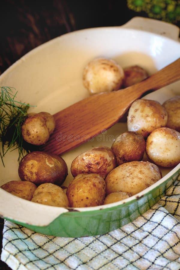 Gebraden jonge aardappels stock foto's