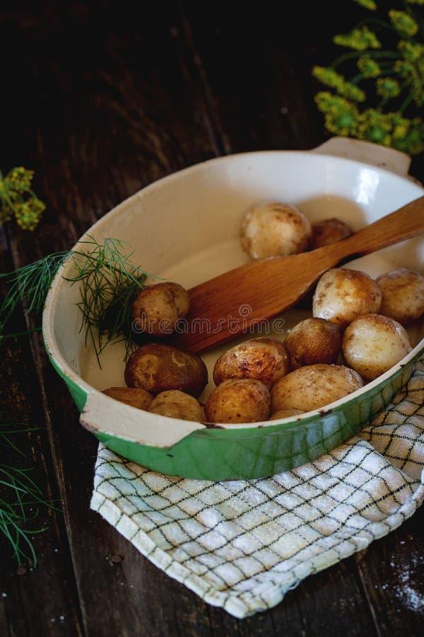 Gebraden jonge aardappels stock afbeeldingen