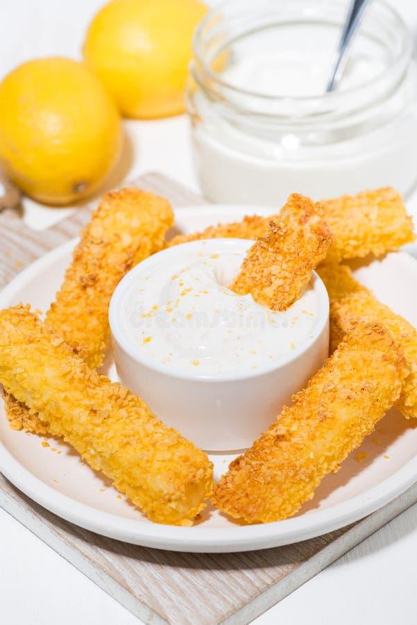 gebraden kaas in de verticale broodcrumbs en saus van de citroenyoghurt, royalty-vrije stock afbeelding