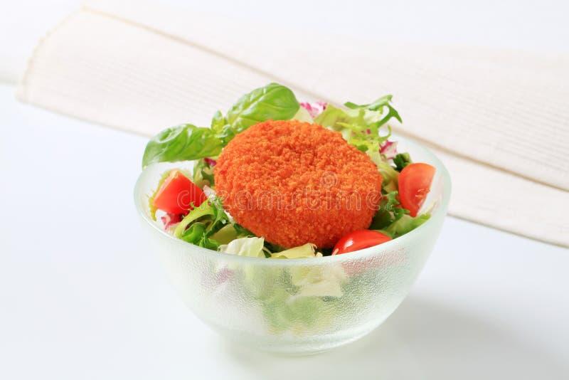 Gebraden kaas met groene salade stock foto's