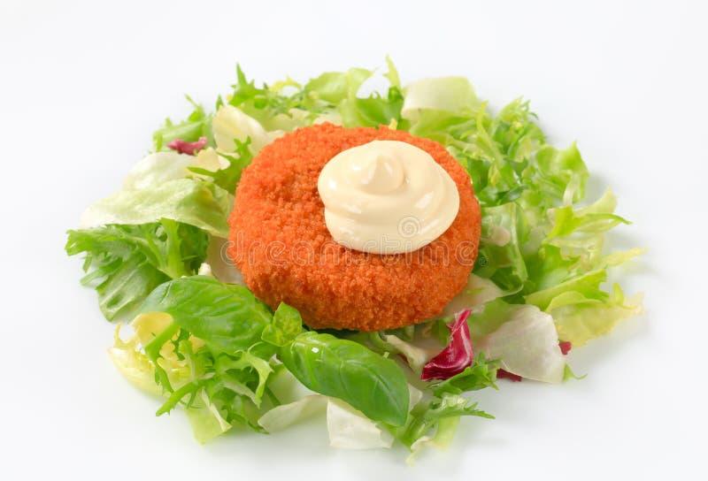 Gebraden kaas met groene salade en mayonaise royalty-vrije stock afbeelding