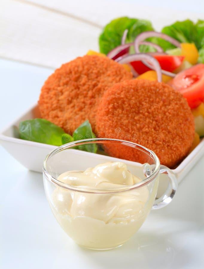 Gebraden kaas met plantaardige salade en mayonaise stock foto's
