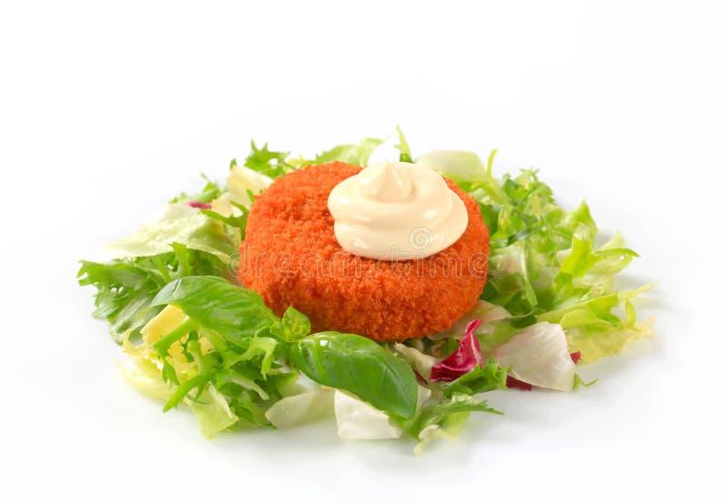 Gebraden kaas of vissen met groene salade royalty-vrije stock foto's