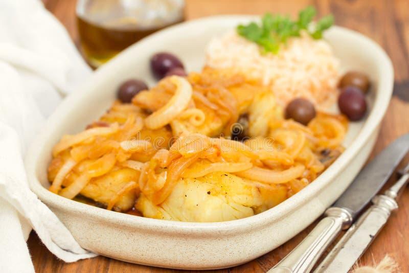 Gebraden kabeljauw met gekookte rijst en olijfolie stock fotografie