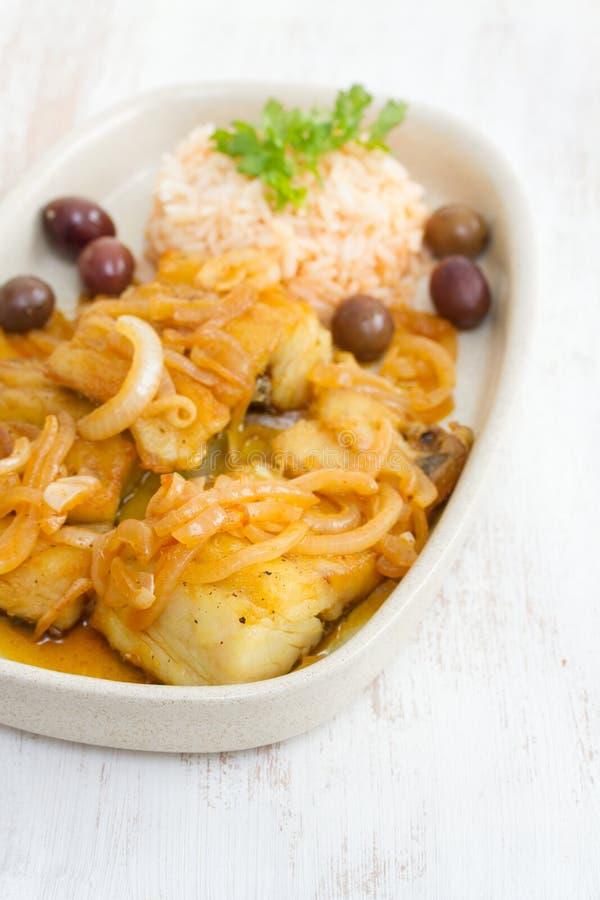 Gebraden kabeljauw met gekookte rijst en olijfolie royalty-vrije stock afbeelding