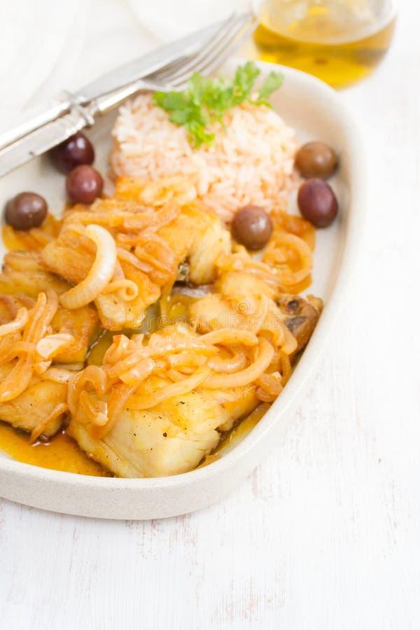 Gebraden kabeljauw met gekookte rijst en olijfolie stock afbeeldingen