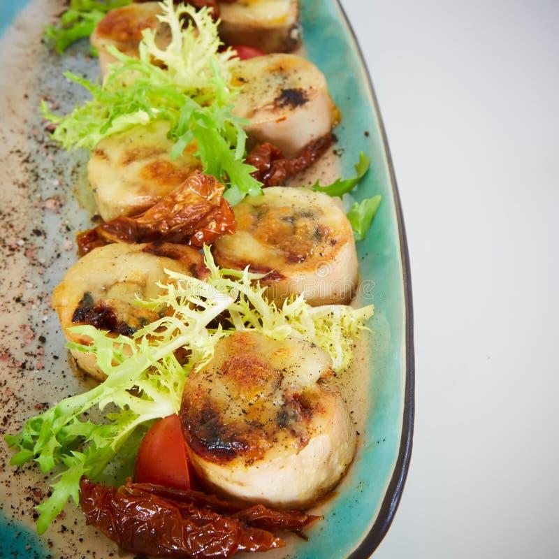 Gebraden kammosselen met botercitroen kruidige die saus met groene salade wordt gediend Hoogste mening, exemplaarruimte stock afbeeldingen