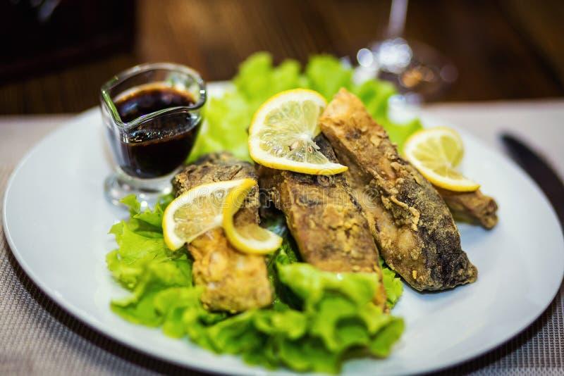 Gebraden karper, gebraden vissen, restaurant, dienende maaltijd in een restauran stock foto's
