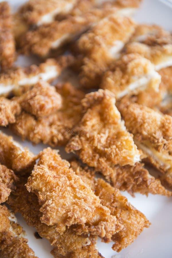 Gebraden kip in buffetlijn voor lunch stock foto