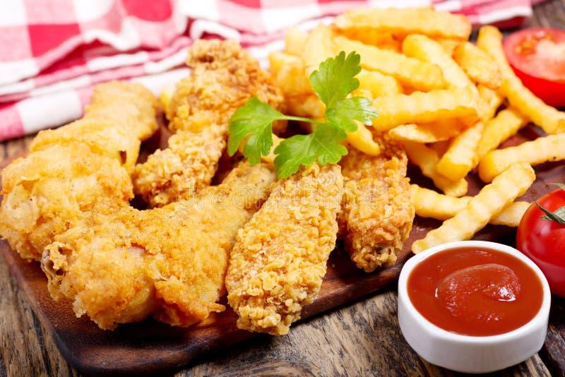 Gebraden kip en frieten stock afbeeldingen