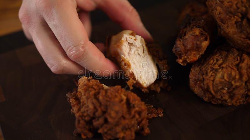 Gebraden kip Gouden bruine gebraden kippentrommelstokken stock fotografie