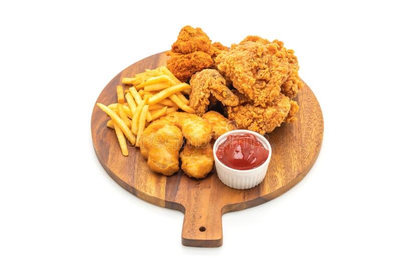 gebraden kip met frieten en goudklompjesmaaltijd (ongezonde kost en stock afbeeldingen