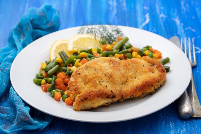 Gebraden kip met gekookte groenten en citroen royalty-vrije stock afbeelding
