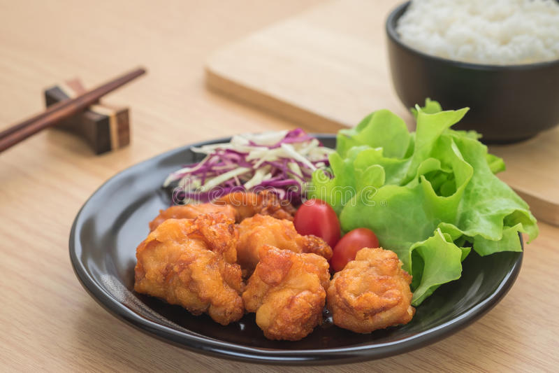 Gebraden kip met groenten op plaat en rijst in Japanse kom, royalty-vrije stock afbeeldingen