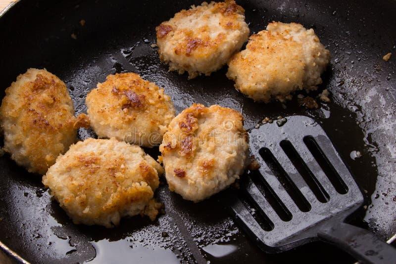 Gebraden kippenkoteletten met een knapperige korst in olie, in een pan, close-up Heerlijke ongezonde kost Speciaal voor een snack stock foto's