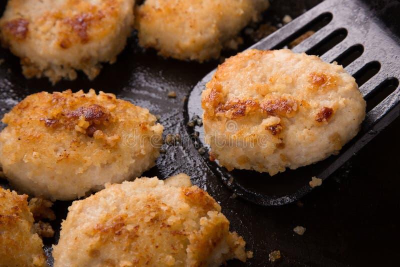 Gebraden kippenkoteletten met een knapperige korst in olie, in een pan, close-up Heerlijke ongezonde kost Speciaal voor een snack royalty-vrije stock foto's