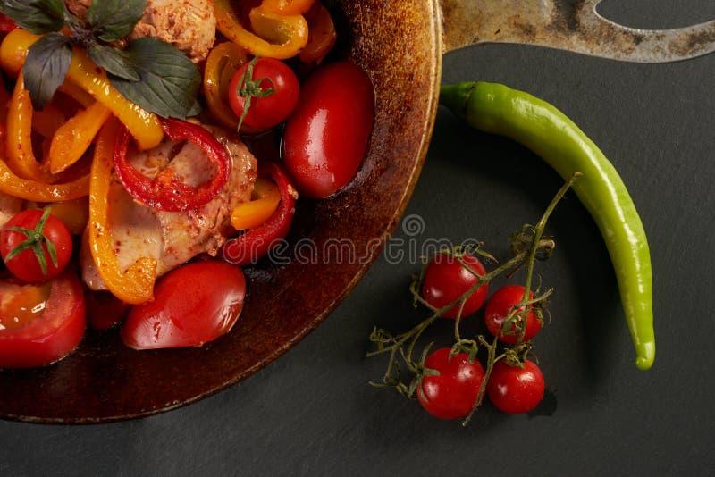 Gebraden kippenvlees met verse groenten stock foto's