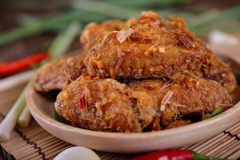 Gebraden kippenvleugel met kruiden in houten plaat en op houten tabl royalty-vrije stock afbeelding